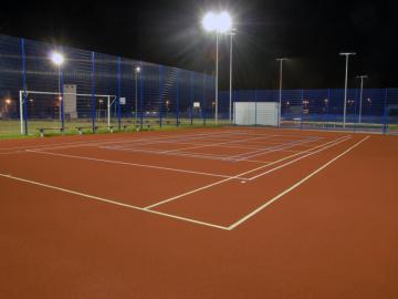 Oświetlenie boiska sportowego.