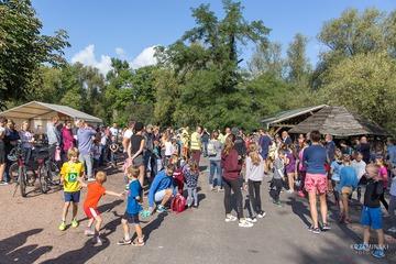 Ludzie gromadzący się przed rozpoczęciem biegu