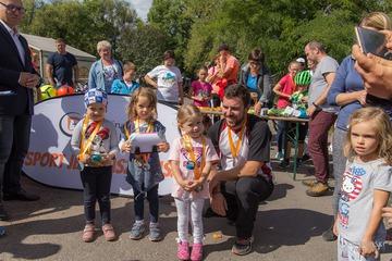 Wójt Gminy Leszek Żogała z najmłodszymi uczestnikami biegu