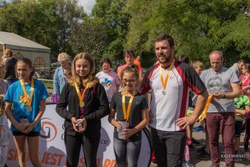 Wójt Gminy Leszek Żogała wraz z uczestniczkami biegu w kategorii szkolnej