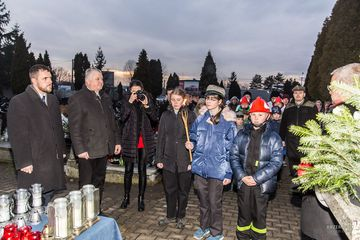 Na zdjęciu od lewej Wójt Gminy Leszek Żogała Andrzej Biskup i harcerze z światełkiem
